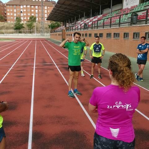 Fernando Lorenzo imparte una sesión de entrenamiento en el que participan corredores del C. D. Zamora Corre - Adarsa_86